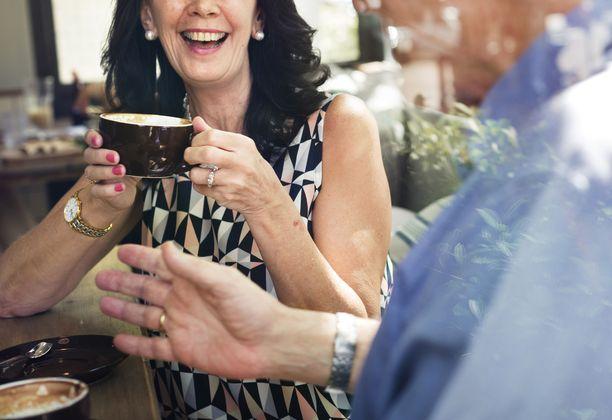 Osa yli 70-vuotiaista on kertonut jatkavansa esimerkiksi kahviloissa käymistä, vaikka heitä on velvoitettu pysymään karanteenissa.