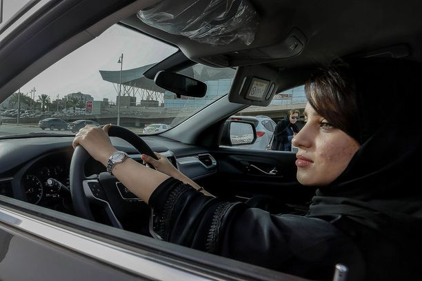 Saudinainen istui autossa autonäyttelyssä Riadissa toukokuun puolivälissä.