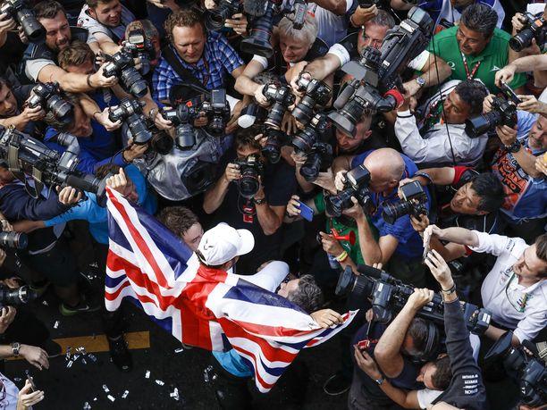 Lewis Hamiltonin mestaruusjuhlat saivat Meksikon GP-varikon sekaisin.