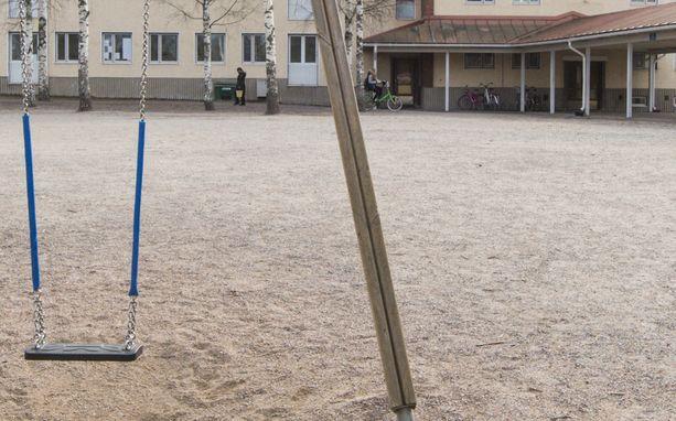 Pommi räjähti koulun pihalla. Kuvituskuva.