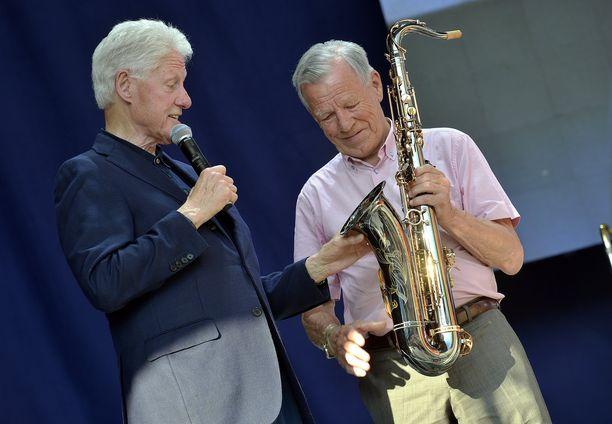 Yhdysvaltain entinen presidentti Bill Clinton (vas.) sai ahvenanmaalaiselta liikemieheltä Anders Wiklöfiltä (oik.) lahjaksi saksofonin.