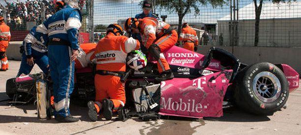 Dario Franchitti jouduttiin irrottamaan autostaan hurjan onnettomuuden jälkeen.