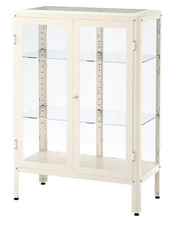 Ikean Fabrikör-vitriinikaapissa astiat ja keräilyesineet näkyvät tyylikkäästi, mutta pysyvät pölyltä suojassa. 149 €/81 x 113 cm. Vitriinikaappi Ikea.com