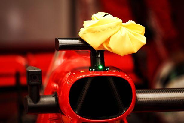 Ferrari herätti kesän osakilpailuissa huomiota, kun se peitti F1:n asentaman kameran keltaisilla jääpusseilla. Kuva Belgian GP:n harjoituksista.