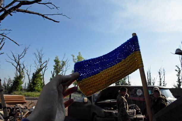 Ukrainassa rintamalla pyritään nostamaan taistelu- ja maanpuolustushenkeä maan sini-keltaisin värein.