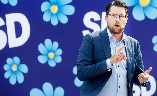 Jimmie Åkesson luotsaa ruotsidemokraatteja.