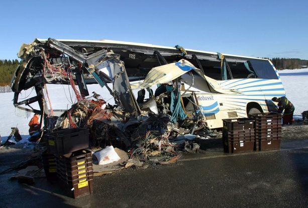 Konginkankaan bussiturmassa maaliskuussa 2004 yhteensä 23 ihmistä kuoli ja 14 loukkaantui linja-auton ja paperirullarekan törmäyksessä.