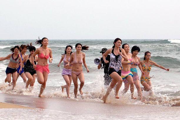Henkivartijakokelaat pantiin juoksemaan rannalla Sanyassa sunnuntaina.