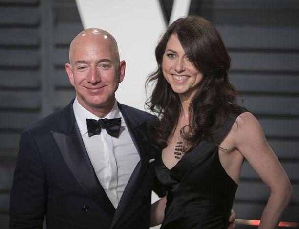 Maailman rikkain mies Jeff Bezos ja hänen vaimonsa MacKenzie Bezos ilmoittivat tammikuun alussa eroavansa, syynä oli Jeffin paljastunut suhde Lauren Sanchezin kanssa.