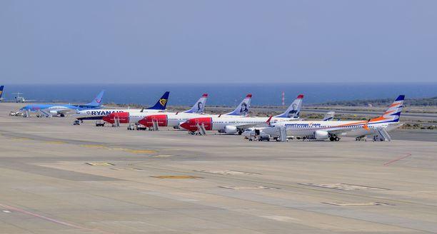 Boeing 737 MAX -tyypin koneet on julistettu lentokieltoon. Kuvassa viisi MAX-tyypin konetta. Keskimmäiset kolme punavalkoista konetta ovat Norwegianin koneita.