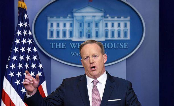 Sean Spicer ilmoitti jatkavansa tehtävässään vielä elokuulle asti.