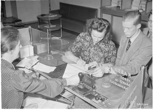 Pankissa maksetaan rahaa Aseveliliiton keräyslistalle heinäkuussa 1941. Liitto oli perustettu heti talvisodan jälkeen.