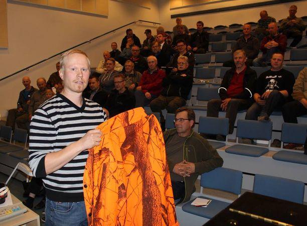 Teemu Lamberg opasti metsästyksenjohtajia turvalliseen hirvijahtiin Toivakassa keskiviikkona.