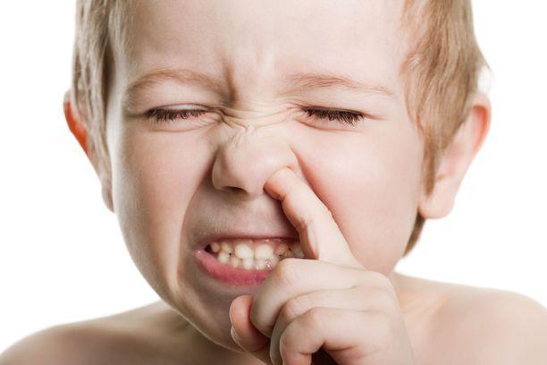 Nenän kaivaminen voi altistaa niin lapset kuin aikuisetkin monille infektioille.
