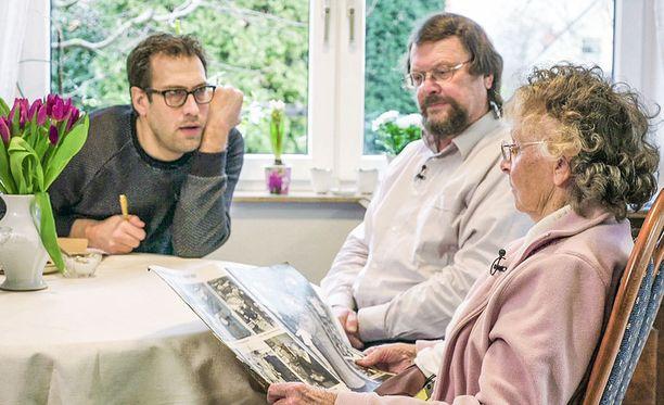 Niklas Källner (vas.). kuuntelee kiinnostuneena Brigitte Leonhardtin muistoja Maxista. Keskellä Brigiten poika, jonka isä ei kuitenkaan ollut Max.