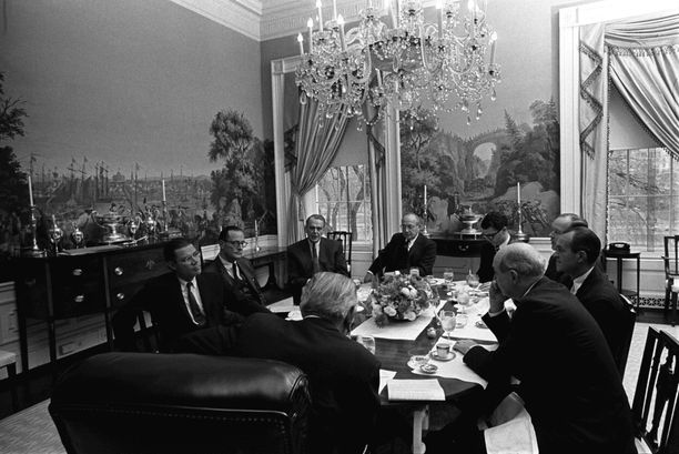 Presidentti Lyndon B. Johnson keskusteli vuonna 1968 Valkoisessa talossa neuvonantajiensa kanssa USS Pueblon valtauksesta. Asialla oli Pohjois-Korean laivasto.