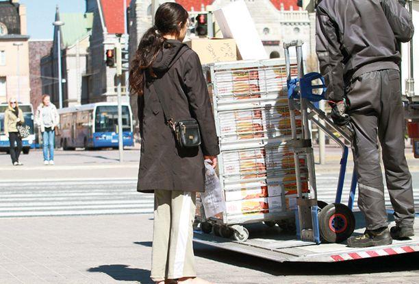 Tämä nainen yritti kerjätä ensin paljain jaloin, mutta epäonnistuttuaan kaivoi turhautuneena kengät laukustaan.