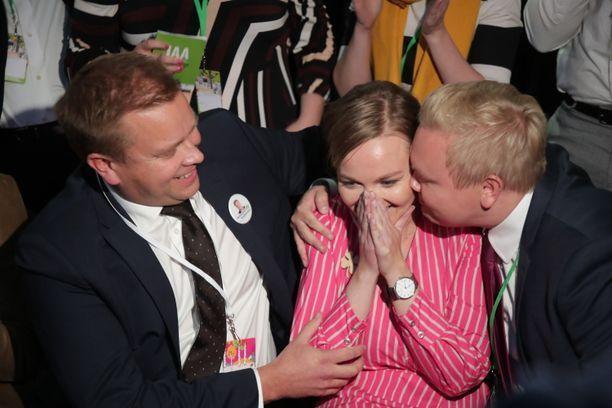 Katri Kulmuni valittiin keskustan puheenjohtajaksi viime syyskuussa. Antti Kaikkonen (vasemmalla) hävisi puheenjohtajataiston. Eduskuntaryhmän puheenjohtaja Antti Kurvinen onnittelee Kulmunia.