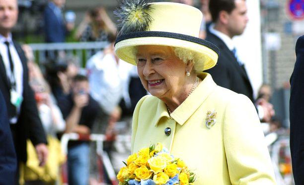 Kuningatar Elisabet teki lapsena natsitervehdyksen äitinsä esimerkin innoittamana.