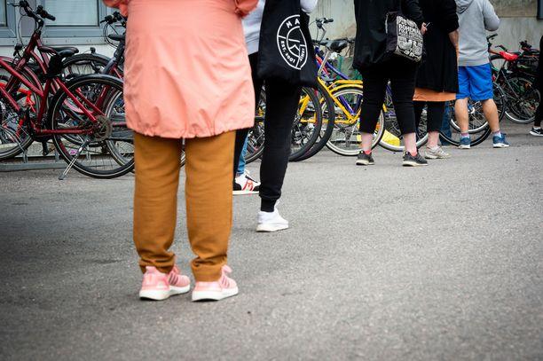 Ihmiset jonottivat koronatestiin Helsingin Meilahdessa syyskuussa. Tuolloin pääkaupunkiseutu oli vielä koronaepidemian kiihtymisvaiheessa.