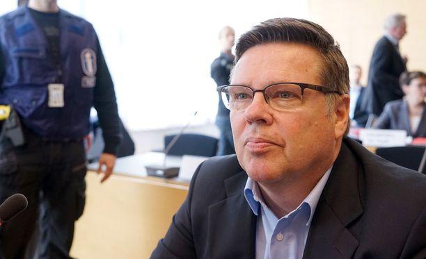Apulaisjohtaja Jarmo Salminen oli kertonut Aarniolle esimerkiksi keskusrikospoliisin (KRP) tapaamisista niin sanotusta tynnyrihuumejutusta tuomittujen kanssa. Aarnio puolestaan on syyttäjän mukaan tynnyrijutun päätekijä, Pasilan mies.