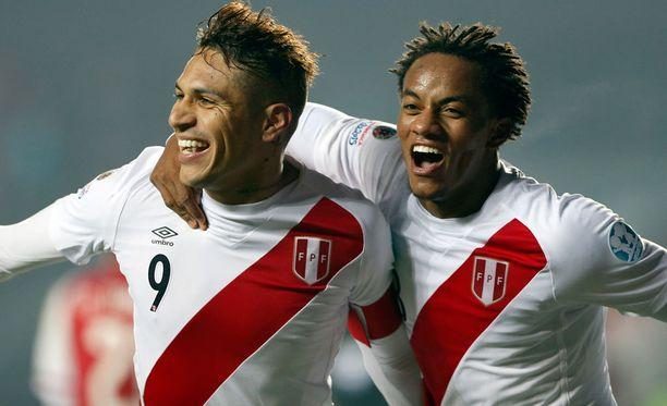 Jose Paolo Guerrero (vas.) ja André Carrillo juhlivat Perun 2-0-voittoa Paraguaysta.