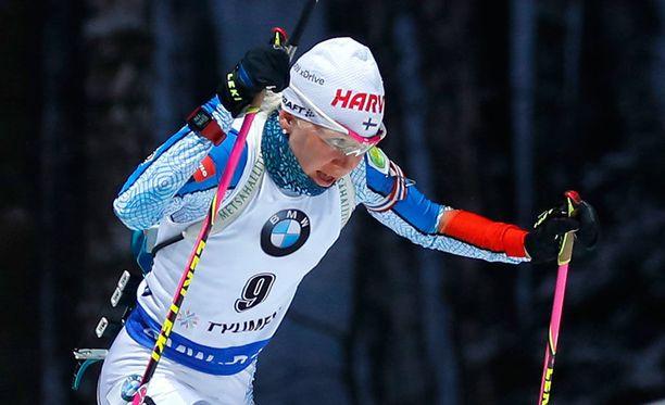 Kaisa Mäkäräinen voitti naisten takaa-ajokisan, vaikka hän kiersi sakkoringin kahdesti.