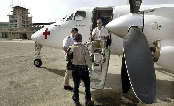 Kuvassa ICRC:n lentokone jolla lennetään maan sisäisiä avustuslentoja. Kuvassa lentäjät ja Kabulin toimiston lentotoimiston pää1likkö.