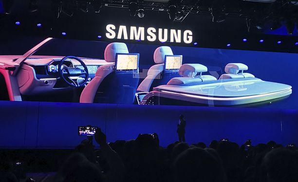 """Samsung esitteli """"DIgital Cockpit"""" -ohjaamoa lehdistötilaisuudessaan."""
