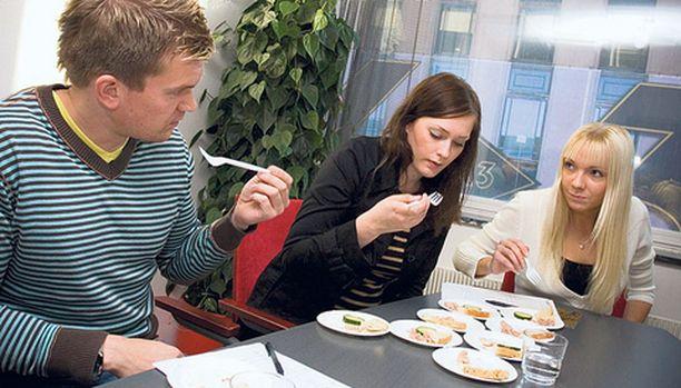 KALAT JÄRJESTYKSEEN. Makuraadissa tonnikaloja arvioivat Pauli Reinikainen, Henna Suhonen ja Annina Rantanen.