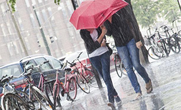 Sade- ja ukkoskuuroja tulee sunnuntaina paikoitellen myös etelässä.