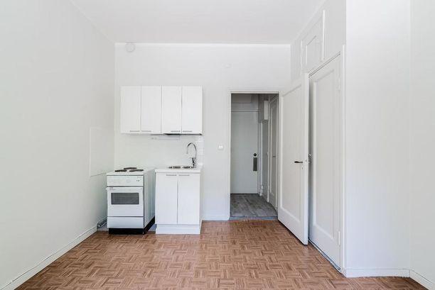 Asunnossa on pieni eteinen, josta on kulku kylpyhuoneeseen.