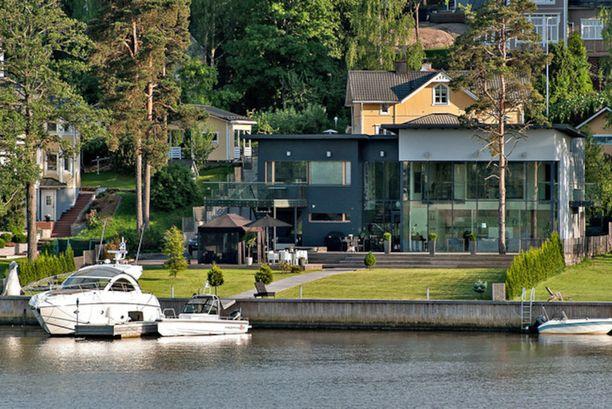 Turun kallein koti on tämä merenrantatalo Hirvensalossa. Olohuoneen seinän kokoisista ikkunoista avautuvat näköalat merelle. Talossa on asuinpinta-alaa 327 neliötä ja hintaa sillä on 1 970 000 euroa.