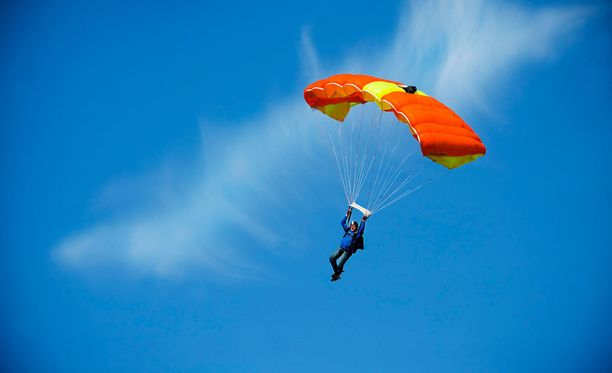 Tavoitteena oli päästä hyppäämään kuumailmapallosta 10 000 metristä ja rikkoa näin edellinen hyppykorkeusennätys, hieman yli 9 300 metriä. Kuvituskuva