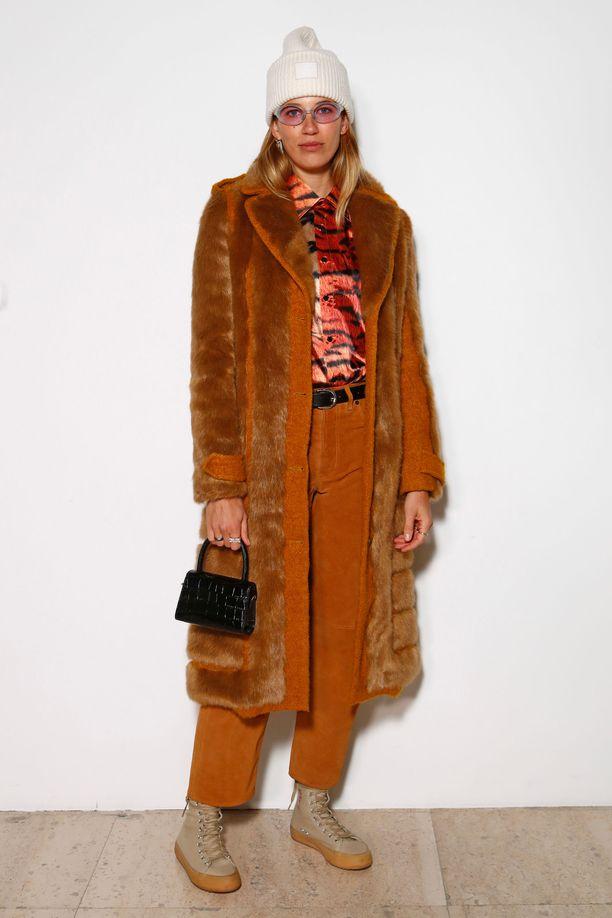 Veronika Heilbrunnerin pipo ja kengät näyttävät sekä lämpimiltä että tyylikkäiltä - takista puhumattakaan. Yhtenäinen sävymaailma pitää asun huoliteltuna.