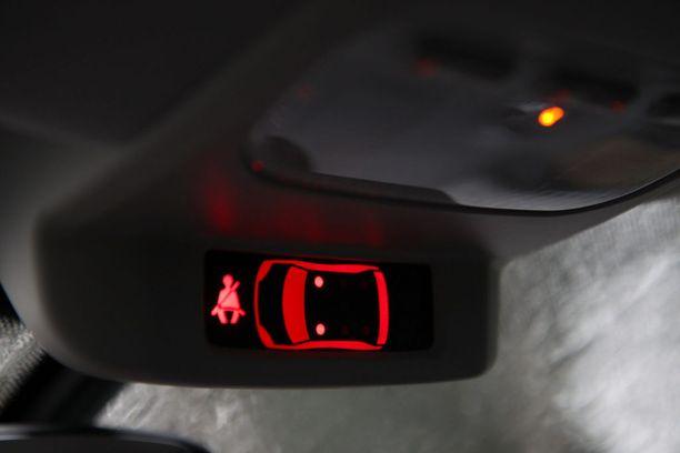 Nykyauto tunnistaa turvavyön käytön, mutta joskus vyö työnnetään selän taakse hämäykseksi.