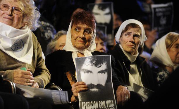 Plaza de Mayon isoäidit on ryhmä naisia, jotka yrittävät löytää sotilasdiktatuurin aikana kadonneita ihmisiä tai heidän sukulaisiaan.