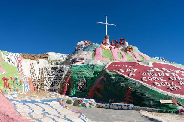 Omalaatuinen taiteilija pystytti värikkään vuoren.