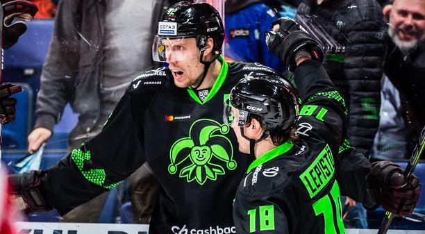 Marko Anttila (vas.) ja Sami Lepistö tekivät kumpikin avauserässä yhden maalin Dinamo Riikaa vastaan.