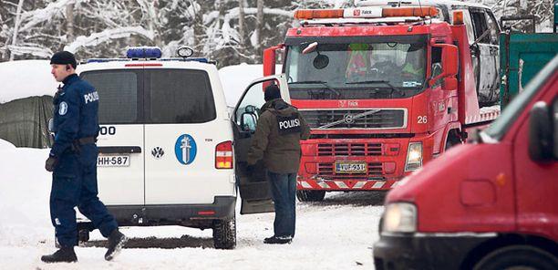 AUTOPALO Poliisit hinauttivat palaneen auton tarkempia tutkimuksia varten parkkipaikalta Korsontien ja Saviontien risteyksessä.