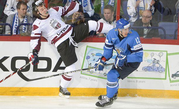 Yli kaksimetrinen Marko Anttila on vielä olympiajäällä katsomaton kortti. Tässä hän on vauhdissa Latviaa vastaan MM-kisoissa 2013.