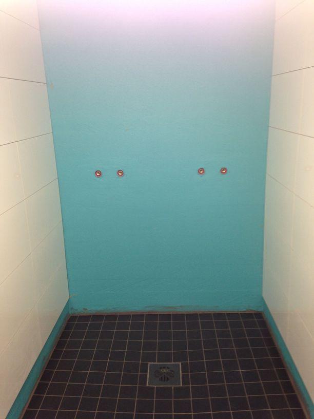 Suihkutila rakennettiin ja eristettiin viime talvena. Ensimmäisessä kuvassa vesieristeet levitettyinä.