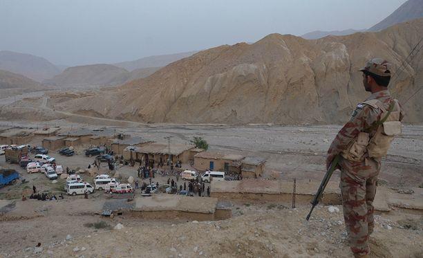 Pakistanissa kaivokset ovat usein pieniä. Sotilas vahtii romahtaneen kaivoksen lähellä.