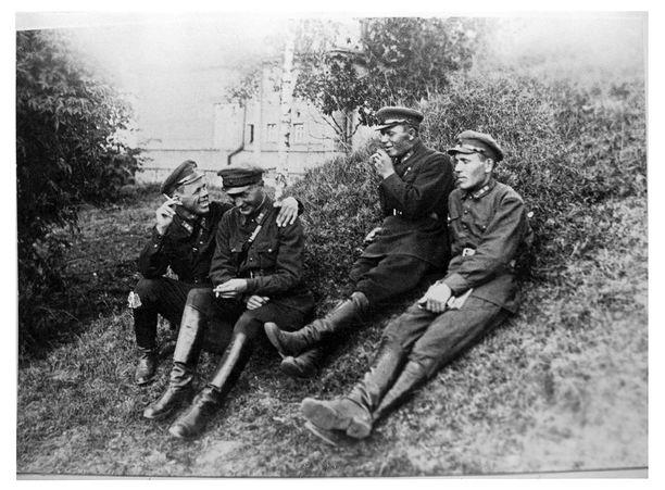 Petroskoin pataljoonan luutnantit Rikhard Sormunen, Matti Mäkinen, Jaakko Mäki ja Aarne Pohjalainen kesällä 1934. Heidät kaikki vangittiin 1937-1938 ja teloitettiin, paitsi Sormunen, joka sai kahdeksan vuoden työleirituomion ilman perusteluja. Sormunen pääsi lopulta 1956 palaamaan vaimonsa Helmin kanssa Suomeen.