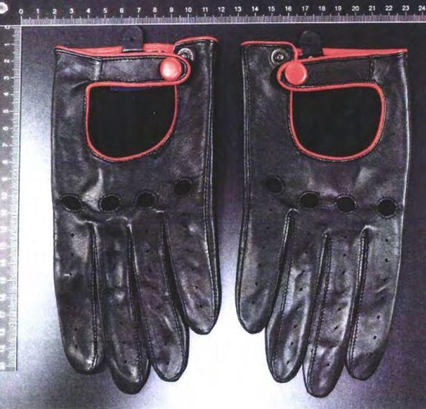 Poliisi kuvasi useita hansikaspareja tutkintaansa varten.