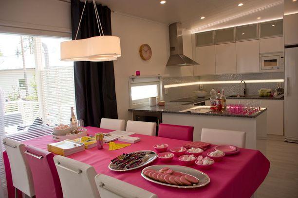 Vaaleanpunainen on Kaarinan lempiväri ja sitä löytyykin talon lähes jokaisesta huoneesta.