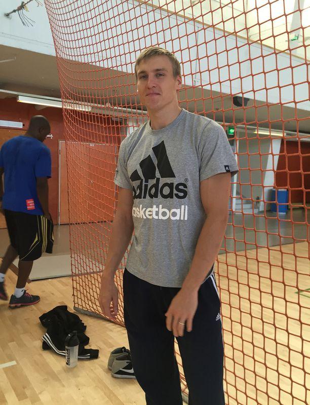Antti Niskanen opasti turvapaikanhakijoita koripallon saloihin.