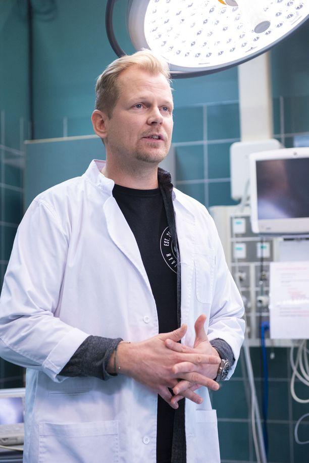 Sydänkirurgi Max Hanssonia näyttelevälle Antti Luusuaniemelle on arkipäivää näytellä leikkaussalissa operoivaa lääkäriä.