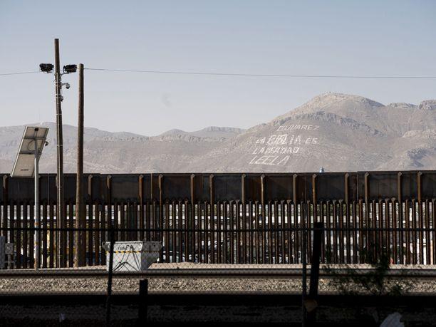 """Muurissa olevista aukoista voi tarkkailla meksikolaisten elämää. Cerro Bolan vuoren kyljessä on vuosikymmeniä lukenut pastori Gerardo Bermudezin maalauttama """"Raamattu on totuutta. Lukekaa se"""" -teksti."""