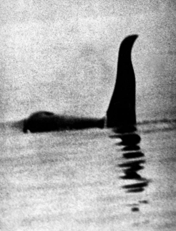 Tämä valokuva Loch Nessissä uivasta olennosta herätti kohua 1930-luvulla.